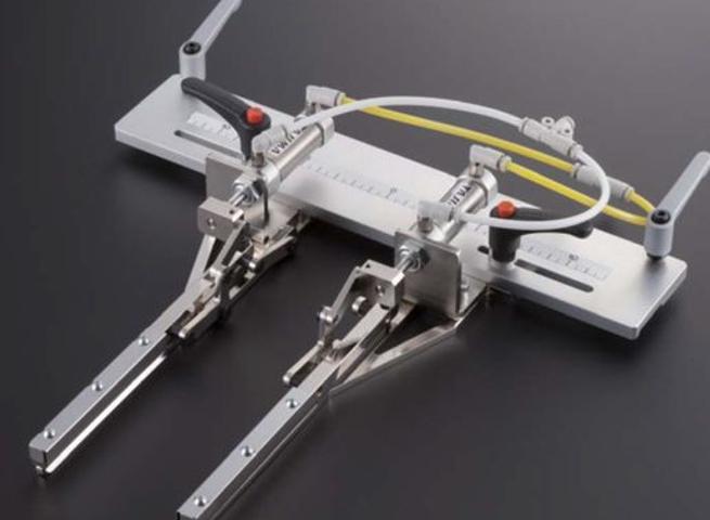 Pneumaticky riadený vyšívací rám s nastaviteľnou šírkou upnutia. Rozmer 82 x 132 mm
